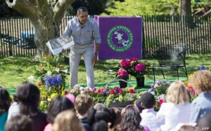 "Hablar en público: US President Barack Obama reads the book, ""Where the Wild Things Are,"" to children attending the annual White House Easter Egg Roll on the South Lawn of the White House in Washington, DC, April 21, 2014. The 126th annual White House Easter Egg Roll, the largest annual public event at the White House with more than 30,000 attendees expected, features live music, sports courts, cooking stations, storytelling and Easter egg rolling, with the theme, ""Hop into Healthy, Swing into Shape."" AFP PHOTO / Saul LOEB"