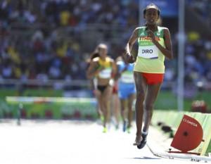 Juegos Olímpicos. La etíope Diro terminó corriendo con un pie descalzo. Foto LUCY NICHOLSON (REUTERS)