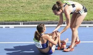 Juegos Olímpicos. La neozelandesa Nikki Hamblin deja de correr para ayudar a la estadounidense Abbey D'Agostino. Dylan Martínez (REUTERS)