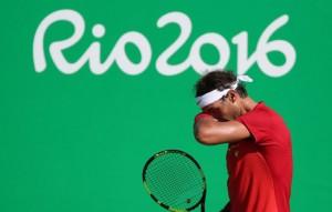 Juegos Olímpicos. Nadal se seca el sudor durante el partido ante Nishikori. LEONARDO MUÑOZ (EFE)