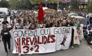Cerca de un millar de estudiantes de distintos institutos de Mallorca han participado en Palma en una manifestación contra la reválida de la LOMCE. ATIENZA (EFE)