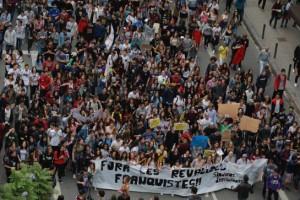 Varios centenares de estudiantes, la mayoría de secundaria, se manifiestan por el centro de Barcelona. ALEJANDRO GARCIA (EFE)
