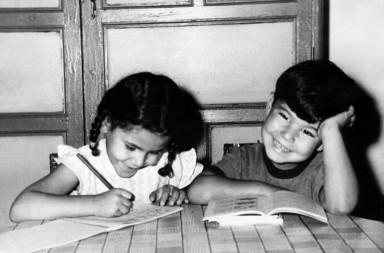 Reválidas sí o reválidas no. Niños de parvulario realizan en sus cartillas los deberes mandados por el maestro en un colegio de Badajoz, en septiembre de 1966. EFE