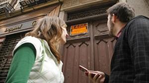 Una pareja de jóvenes en el portal de un piso en alquiler. PAULA VILLAR