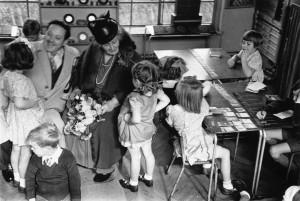 Maria Montessori en un aula en Acton, Londres con un grupo de niños, en 1946. Foto de Kurt Hutton