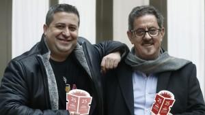 Premio edebé de Literatura Infantil y Juvenil. Ricard Ruiz Garzón y Francisco Díaz Valladares, tras recoger los galardones - EFE