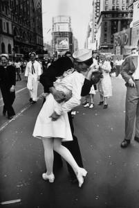La foto por todos conocida del beso de Times Square de Victor Jorgensen. El 14 de agosto 1945 se produjo la victoria de la Segunda Guerra Mundial largamente esperada de los aliados sobre Japón. El presidente Truman lo anunció a las 7 de la tarde en un discurso, pero desde hacía horas el centro de Nueva York estaba repleto de gente con unas enormes ganas de celebrar el fin del conflicto. Desde entonces a esta fecha se la conoce como V-J Day (Victory over Japan Day). La foto recoge el instante en que un marinero planta un beso a una enfermera en Times Square para celebrarlo.