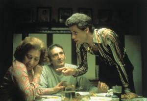 John Travolta, Val Bisoglio, y Julie Bovasso en Fiebre del sábado noche (1977)