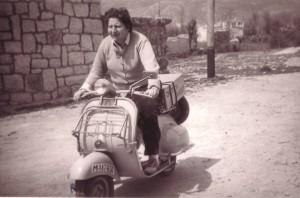Gloria Fuertes, en su motocicleta.