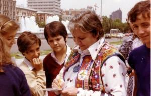 Gloria Fuertes firmando autógrafos en la Plaza de Colón en 1980