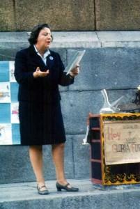 Gloria Fuertes, leyendo un poema durante la celebración de uno de sus recitales.
