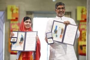 Malala Yousafzai cuando recibió el Premio Nobel de la Paz, en 2014. Compartió el prestigioso galardón con el activista indio Kailash Satyarthi, que trabaja por la libertad de los niños y contra el trabajo infantil. Foto: AFP.