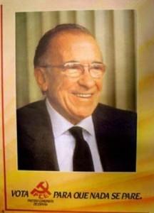 Santiago Carrillo lucía así en el cartel de 1982.