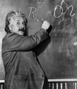 Albert Einstein, escribiendo una ecuación.
