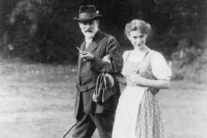 Anna Freud junto a su padre paseando.
