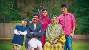Malala a los 17 años, en su casa de Birmingham, con su padre, Ziauddin Yousafzai, su madre, Tor Pekai, y sus hermanos Atal y Khusal.