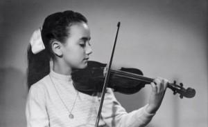 Pilar Bayer a la edad de 5 años con el violín.