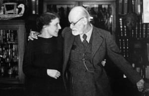 Sigmund Freud en 1937 junto a su hija Anna.