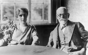 Sigmund Freud junto a su hija Anna, en 1928.