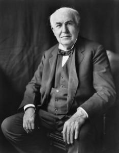 Thomas Alva Edison (1847-1931) fue un empresario y un prolífico inventor estadounidense que patentó más de mil inventos y contribuyó a proporcionar, tanto a Estados Unidos como a Europa, los perfiles tecnológicos del mundo contemporáneo: las industrias eléctricas, un sistema telefónico viable, el fonógrafo, las películas, etc.