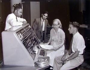 Grace Hopper con la UNIVAC, la primera computadora comercial fabricada en Estados Unidos