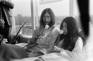 John Lennon y Yoko Ono en el primer día de su encamado por la paz en el hotel Hilton de Ámsterdam.