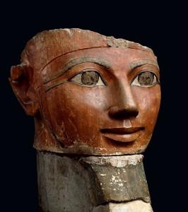 La barba de la reina. Tras la muerte de su esposo Tutmosis II, Hatshepsut asumió poco a poco todo el poder hasta convertirse en faraón. En este busto, la barba postiza indica su estatus de faraón. Museo Egipcio, El Cairo.
