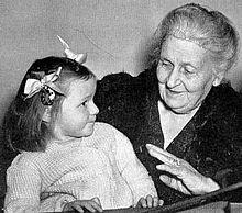 Maria Montessori con una niña