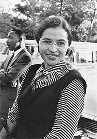 Rosa Parks en 1955, con Martin Luther King, Jr. en segundo plano.