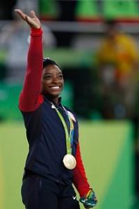 Simone Biles en el podio de la medalla de oro de las Olimpiadas de 2016