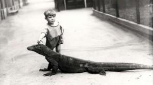 Un niño acariciando el dragón domesticado de Komodo de Joan Beauchamp Procter (1928)
