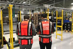 Dos ingenieros de Amazon Robotics supervisan el centro logístico.