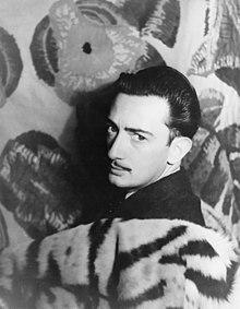 Salvador Dalí en 1939. Fotografía de Carl Van Vechten. Salvador Felipe Jacinto Dalí i Domènech (Figueras, 11 de mayo de 1904 - ibídem, 23 de enero de 1989), fue un pintor, escultor, grabador, escenógrafo y escritor español del siglo XX. Se le considera uno de los máximos representantes del surrealismo.