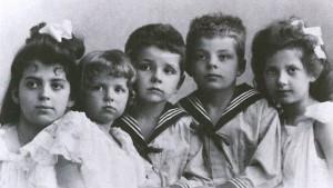 El autor y sus hermanos: Marie-Madelaine, Gabrielle, François, Antoine y Simone. Enciclopedia ilustrada. Lunwerg.