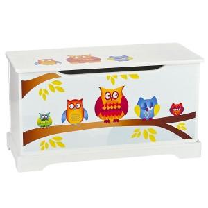 Baúl o arcón de madera infantil para guardar los juguetes de los niños.