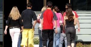 Adolescentes entrando en un instituto. (EFE)