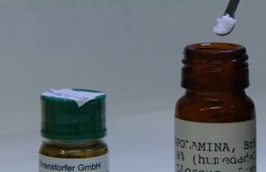 486 burundanga. La escopolamina pura es un polvo blanco que no huele ni sabe a nada.