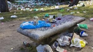 Imagen de los restos en la vía pública tras un «botellón». EFE