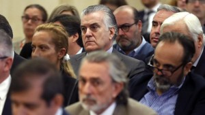 Luis Bárcenas, ex tesorero del PP, durante la vista oral. En primer plano, el presunto cabecilla de la trrama Gürtel (Chema Moya. AFP)