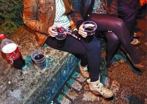 Música, teléfono con conexión a internet y bebida, los ingredientes imprescindibles para un botellón animado. Foto Diario de Burgos. Luis López Araico