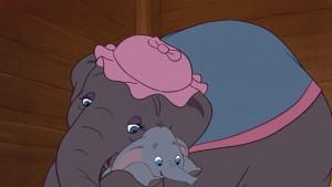 'Mamá Dumbo' abraza con su trompa a su pequeño en un fotograma de la película de Disney
