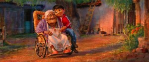 Miguel y su bisabuela, en la película 'Coco'.
