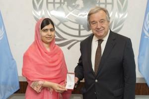 """El secretario general de la ONU, António Guterres, fue el encargado de nombrar a la joven como nueve mensajera de la paz de la organización y la calificó como """"un símbolo de una de las causas más importantes en el mundo"""": """"No solo eres una heroína, sino una persona muy comprometida y generosa"""", le dijo Guterres, quien destacó el """"ejemplo"""" que Malala supone para jóvenes en todo el mundo."""