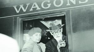 Anna Freud junto a su padre en París en 1938