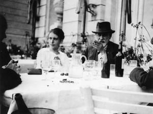 Sigmund y Anna Freud, en el VI Congreso Internacional de Psicoanálisis, La Haya 1920.