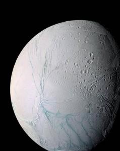 Vista de Encélado, una de las lunas de Saturno. El trabajo de los investigadores de la misión Cassini, indica que el gas de hidrógeno, que potencialmente podría proporcionar una fuente de energía química para la vida, se encuentra en el océano helado de Encélado. / NASA (EFE)
