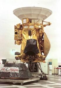 La sonda espacial Cassini, que fue lanzada hacia Saturno en octubre de 1997, fotografiada en Jet Propulsión Laboratory en Pasadena, durante unas pruebas. La nave espacial fue un proyecto conjunto entre la NASA, que aporta el principal cuerpo orbital de la sonda; la ESA que aporta el vehículo Huygens, que fue desplegado en el satélite Titán de Saturno; y la Agencia Espacial de Italia, que aportó la antena. / REUTERS