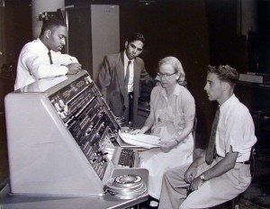 Cuentos de buenas noches para niñas rebeldes. Grace Hopper con la UNIVAC, la primera computadora comercial fabricada en Estados Unidos