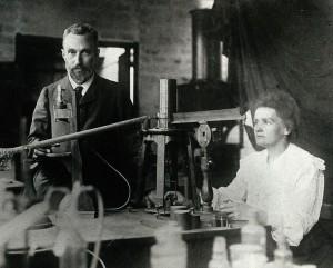 Cuentos de buenas noches para niñas rebeldes. Pierre y Marie Curie en el laboratorio.