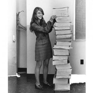 Cuentos de buenas noches para niñas rebeldes. Una imagen que se ha vuelto célebre. Margaret Hamilton en 1969 junto a una pila de programas de software que ella y su equipo escribieron para la misión a la Luna.